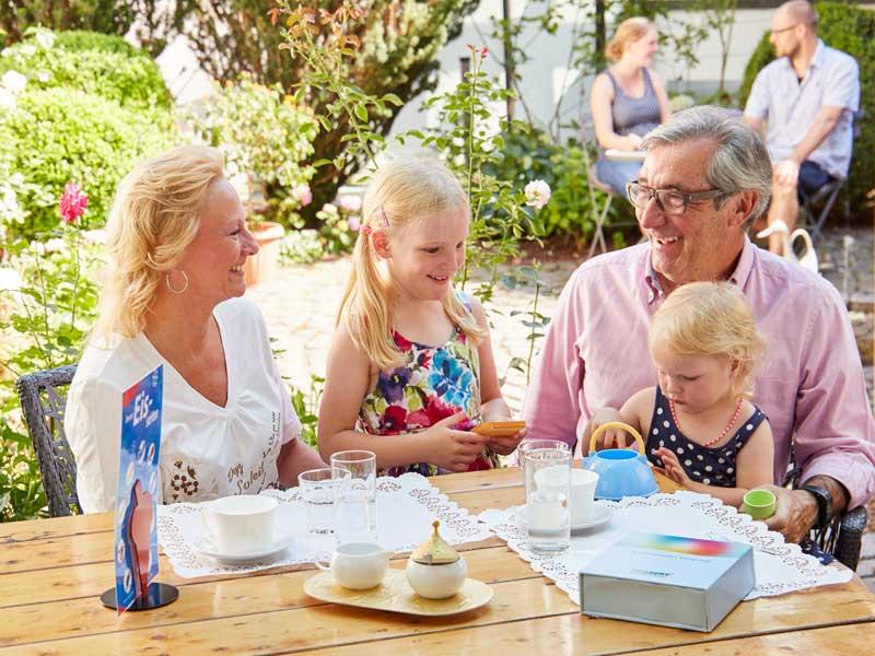 Dank der individuellen Hörgeräte Anpassung neue Lebensqualität gewinnen – zum Beispiel beim Spiel mit den Enkelkindern.