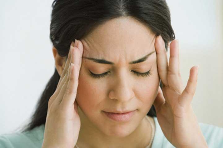 Ohrensausen, Ohrenpfeifen oder ein Piepen im Ohr – das sind alles mögliche Tinnitus Symptome, die zum Beispiel auch zu Kopfschmerzen oder Konzentrationsschwierigkeiten führen können.