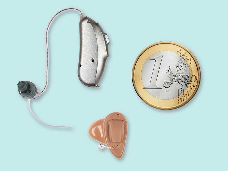 Der Vergleich mit einer Euro-Münze zeigt es: Die Zeiten auffälliger Hörgeräte sind längst vorbei. Heute sind Hörgeräte mitunter fast unsichtbar.