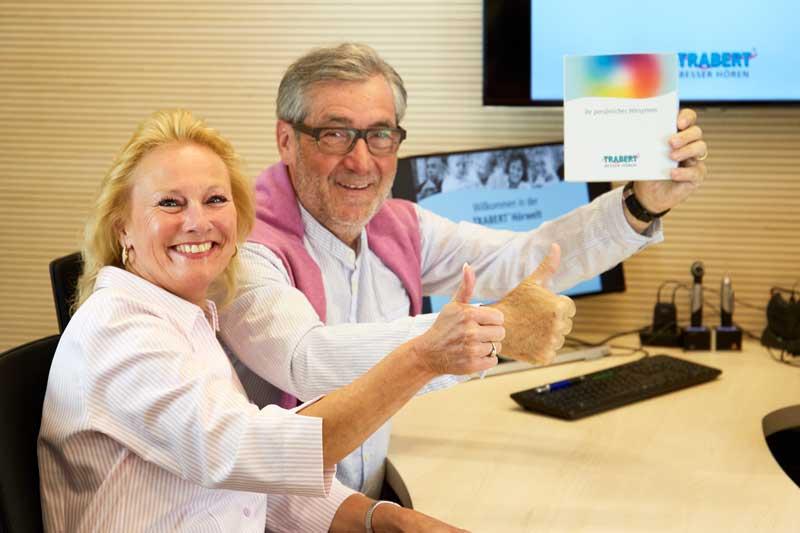 Schlecht hören ist für dieses Paar längst vorbei, denn sie haben auf eine umfassende Hörgeräte Beratung gesetzt. Nun freuen sie sich über die Vorteile der TRABERT® Servicekarte mit lebenslangen Leistungen.